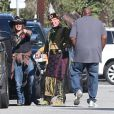 Johnny Depp lors d'une fête organisée dans l'école de ses enfants à Los Angeles le 20 novembre 2012 : il amène un aigle très imposant !