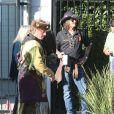 Johnny Depp lors d'une fête organisée dans l'école de ses enfants à Los Angeles le 20 novembre 2012 : il vient avec aigle très imposant !