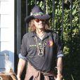 Johnny Depp lors d'une fête organisée dans l'école de ses enfants à Los Angeles le 20 novembre 2012 : il amène un aigle très imposant, un papa cool et original