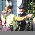 Johnny Depp lors d'une fête organisée dans l'école de ses enfants à Los Angeles le 20 novembre 2012. Sa contribution à l'événement : un aigle !