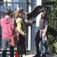 Johnny Depp lors d'une fête organisée dans l'école de ses enfants à Los Angeles le 20 novembre 2012 : il ne fait pas les choses à moitié et amène un aigle très imposant !