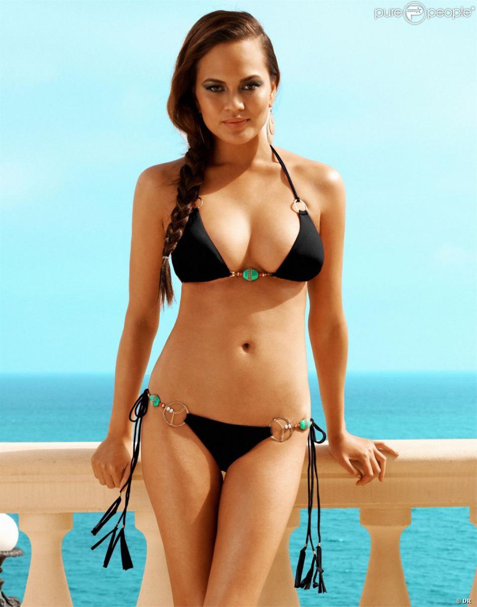 Chrissy Teigen, sexy, prend la pose pour la collection 2013 des maillots de bain Beach Bunny