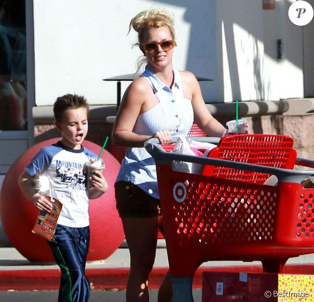 Britney Spears emmène ses enfants Sean et Jayden faire des courses à Thousand Oaks, le 25 novembre 2012.