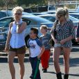 Britney Spears incognito emmène ses enfants Sean et Jayden faire des courses à Thousand Oaks, le 25 novembre 2012.