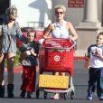 Britney Spears, accompagnée de sa petite soeur Jamie Lynn Spears, emmène ses enfants Sean et Jayden faire des courses à Thousand Oaks, le 25 novembre 2012.
