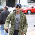 Olivier Martinez se promène à Los Angeles, son attelle à la main droite, le 30 novembre 2012.