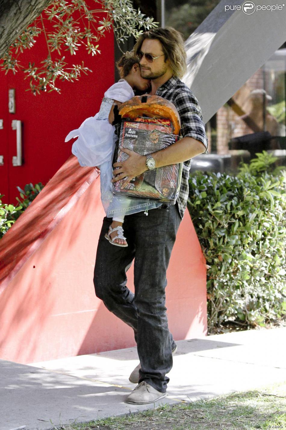 Gabriel Aubry avec sa fille Nahla dans les rues de Los Angeles le 13 octobre 2012.