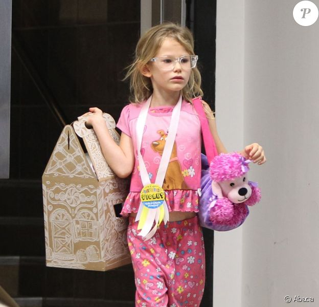 Violet Affleck, toute en rose, fête ses 7 ans avec sa famille et ses amies, à Brentwood, le 1er décembre 2012
