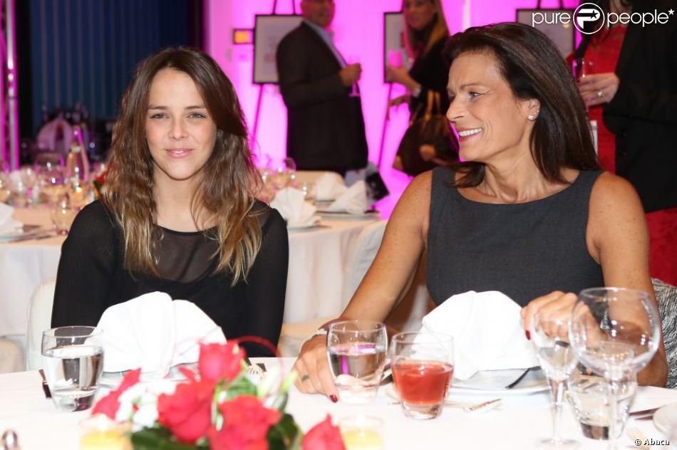 La princesse Stéphanie de Monaco avait sa fille Pauline Ducruet avec elle pour le gala de Fight Aids Monaco à l'occasion de la Journée mondiale de lutte contre le sida, le 1er décembre 2012. La vente aux enchères, animée par Sébastien Folin, a permis de récolter plus de 355 000 euros.