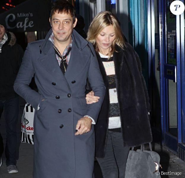 Kate Moss fait ses courses de Noël dans les rues de Londres avec deux alliés de poids : Jamie Hince et Pierre, son nouveau sac chouchou signé Aurélie Bidermann pour Balmain