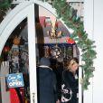 Kate Moss, concentrée, fait ses courses de Noël dans les rues de Londres