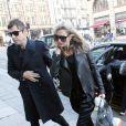 Kate Moss ne quitte plus Pierre, son nouveau sac chouchou signé Balmain et Aurélie Bidermann