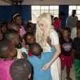 Lady Gaga visite une école primaire à Johannesburg, le 1er décembre 2012.