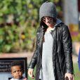 Sandra Bullock va chercher son fils Louis à l'école à Studio City à Los Angeles le 5 décembre 2012.