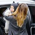 Jessica Alaba et sa fille Haven adorable avec son bonnet oreilles de chat. Beverly Hills le 8 décembre 2012.
