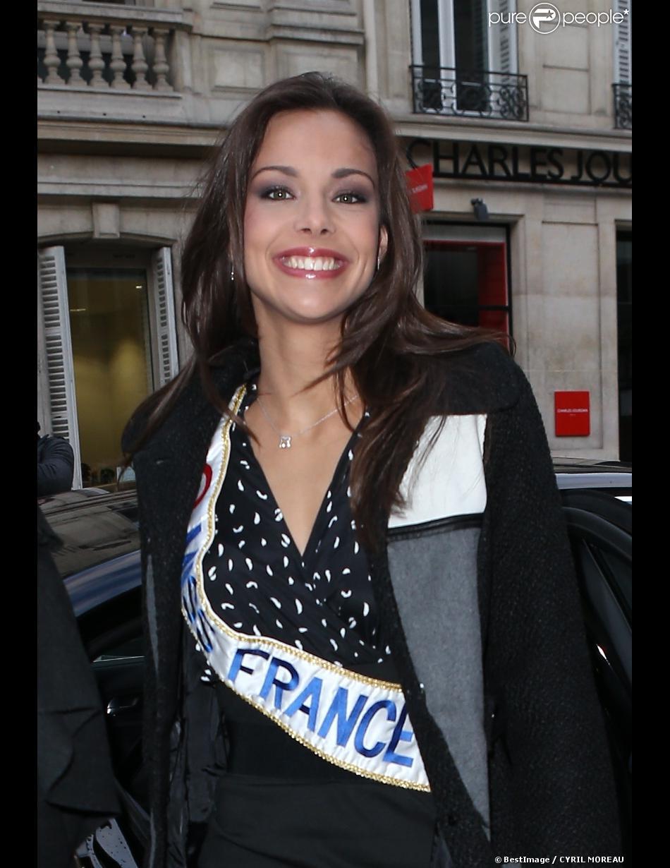 La sublime Marine Lorphelin, Miss France 2013, à la sortie d'Europe 1 avec Sylvie Tellier, le 10 décembre 2012