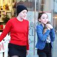 Miley Cyrus dans une animalerie avec sa soeur Noah à Los Angeles le 26 Novembre 2012.
