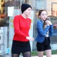 Miley Cyrus se rend dans une animalerie avec sa soeur Noah et sa mère Leticia à Los Angeles le 26 Novembre 2012.