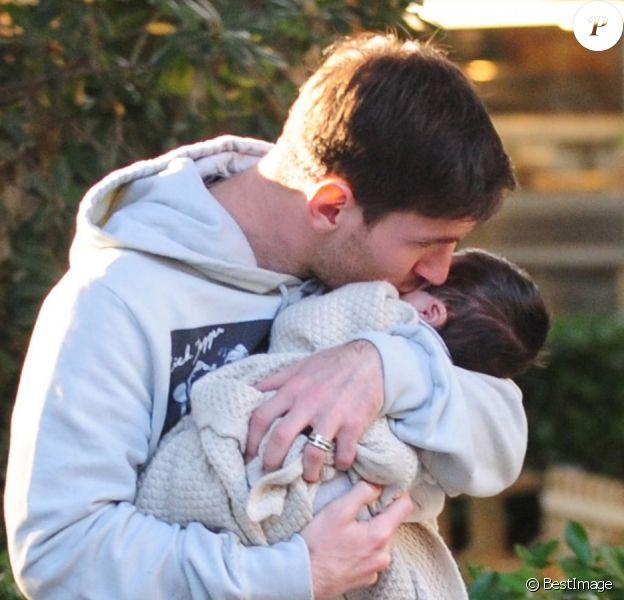 La star du FC Barcelone Lionel Messi très câlin avec son petit Thiago dans les rues de Barcelone le lundi 10 décembre 2012.