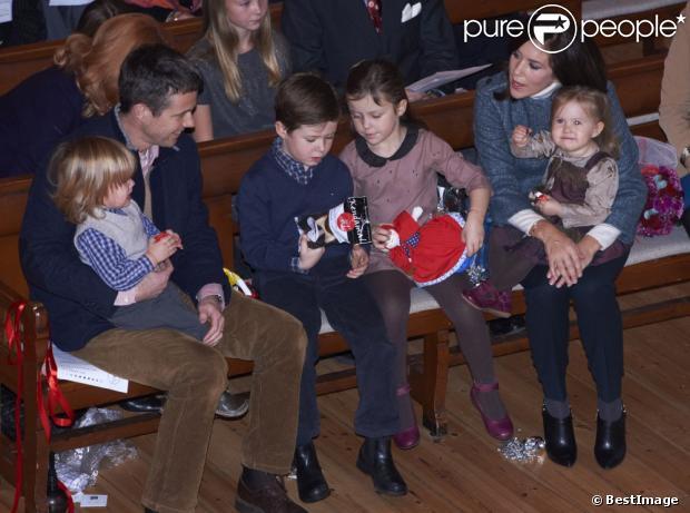 De la musique et des jouets ! La princesse Mary et le prince Frederik de Danemark étaient avec leurs quatre enfants, Christian, Isabella, Vincent et Josephine, au concert de Noël annuel à l'église Esajas de Copenhague, le 16 décembre 2012.