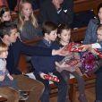Séquence cadeaux ! La princesse Mary et le prince Frederik de Danemark étaient avec leurs quatre enfants, Christian, Isabella, Vincent et Josephine, au concert de Noël annuel à l'église Esajas de Copenhague, le 16 décembre 2012.