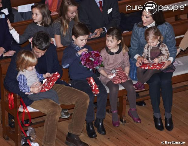 Attention, famille nombreuse ! Le prince Frederik et la princesse Mary de Danemark étaient avec leurs quatre enfants, Christian, Isabella, Vincent et Josephine, au concert de Noël annuel à l'église Esajas de Copenhague, le 16 décembre 2012.