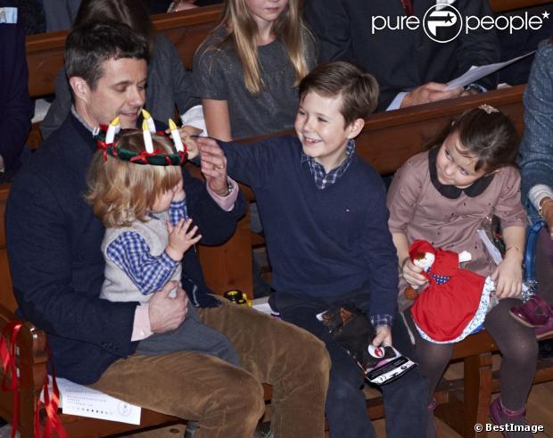 Książę Christian eksploduje widząc jego brat Vincent koronie z świecami.  Księżniczka Mary i książę Frederik Danii byli z ich czworga dzieci, chrześcijańskich, Isabella, Vincent i Josephine, roczny Koncert Bożonarodzeniowy w kościele Esajas Kopenhadze, 16 grudnia, 2012.