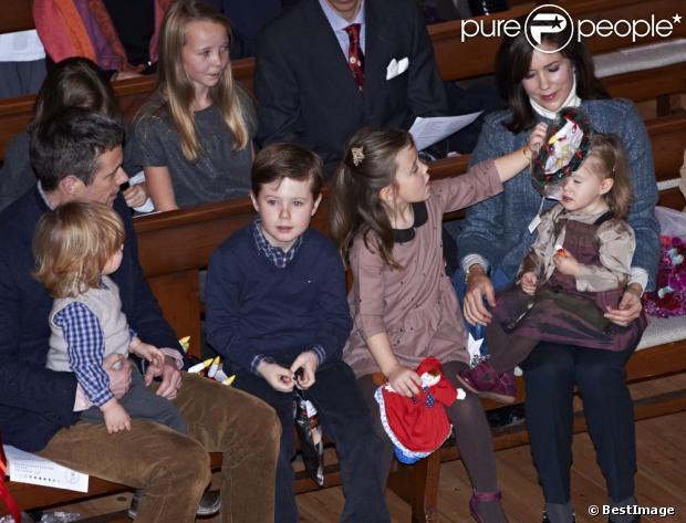 Séquence cadeaux pour la Saint-Nicolas, le prince Christian s'éclate ! La princesse Mary et le prince Frederik de Danemark étaient avec leurs quatre enfants, Christian, Isabella, Vincent et Josephine, au concert de Noël annuel à l'église Esajas de Copenhague, le 16 décembre 2012.