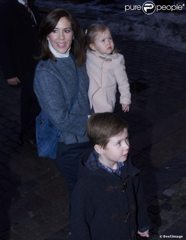 Prezenty sekwencja Saint-Nicolas, książę Christian eksploduje!  Księżniczka Mary i książę Frederik Danii byli z ich czworga dzieci, chrześcijańskich, Isabella, Vincent i Josephine, roczny Koncert Bożonarodzeniowy w kościele Esajas Kopenhadze, 16 grudnia, 2012.