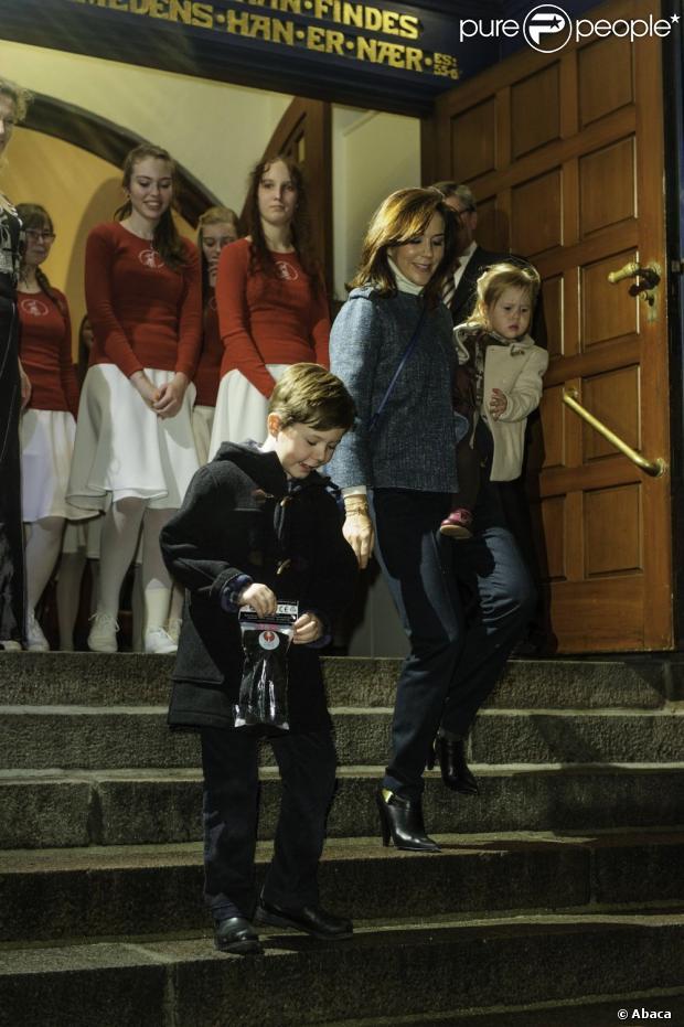 Książę Frederik i Crown Princess Mary Danii byli z ich czworga dzieci, chrześcijańskich, Isabella, Vincent i Josephine, roczny Koncert Bożonarodzeniowy w kościele Esajas Kopenhadze, 16 grudnia, 2012.