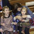 Josephine sur les genoux de sa maman. Le prince Frederik et la princesse Mary de Danemark étaient avec leurs quatre enfants, Christian, Isabella, Vincent et Josephine, au concert de Noël annuel à l'église Esajas de Copenhague, le 16 décembre 2012.