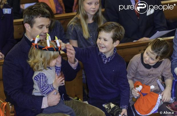 Christian a beaucoup rigolé en voyant son frère Vincent étrangement chapeauté. Le prince Frederik et la princesse Mary de Danemark étaient avec leurs quatre enfants, Christian, Isabella, Vincent et Josephine, au concert de Noël annuel à l'église Esajas de Copenhague, le 16 décembre 2012.
