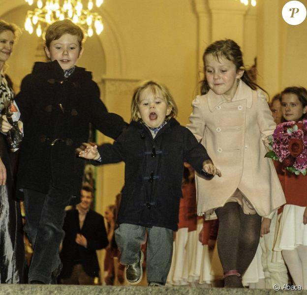 Le prince Vincent quitte l'église d'un pas décidé ! Le prince Frederik et la princesse Mary de Danemark étaient avec leurs quatre enfants, Christian, Isabella, Vincent et Josephine, au concert de Noël annuel à l'église Esajas de Copenhague, le 16 décembre 2012.