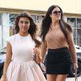Kourtney et Khloé Kardashian font du shopping à Miami, le 15 décembre 2012.