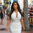 Kim Kardashian fait du shopping à Miami Beach, habillée d'une très moulante robe blanche. Le 15 décembre 2012.