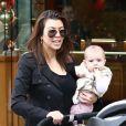 Kourtney Kardashian et sa fille Penelope au centre commercial The Commons. Calabasas, le 22 décembre 2012.