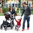Kourtney Kardashian profite d'une après-midi au centre commercial The Commons avec son compagnon Scott Disick et leurs deux enfants Mason et Penelope. Calabasas, le 22 décembre 2012.