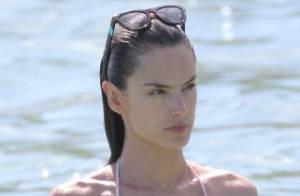 Alessandra Ambrosio : En bikini pour Noël, la Brésilienne se prélasse au soleil