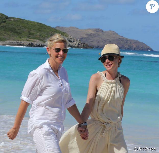 Ellen DeGeneres et Portia De Rossi se promènent sur une plage de l'île de  Saint-Barthélemy. Le 24 décembre 2012.