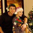 Miley Cyrus et Liam Hemsworth, qui a une bague à la main gauche alors que ce n'était pas le cas avant, dans une photo postée sur Twitter le 26 décembre 2012.