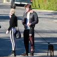 Miley Cyrus et son fiancé Liam Hemsworth vont prendre de l'essence après avoir rendu visite à un ami à Palm Springs, le 26 décembre 2012.