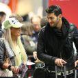Aurélie et Samir à l'aéroport à Roissy Charles de Gaulle le 14 janvier 2013 pour participer à la saison 5 des Anges de la télé-réalite à Miami.