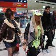 Aurélie et Frédérique à l'aéroport à Roissy Charles de Gaulle le 14 janvier 2013 pour participer à la saison 5 des Anges de la télé-réalite à Miami.