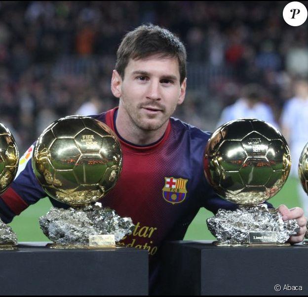 Lionel Messi présente ses quatre Ballons d'or juste avant le match FC Barcelone - Malaga au Camp Nou, le 16 janvier 2013.