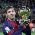 L'Argentin Lionel Messi présente ses quatre Ballons d'or juste avant le match FC Barcelone - Malaga au Camp Nou, le 16 janvier 2013.