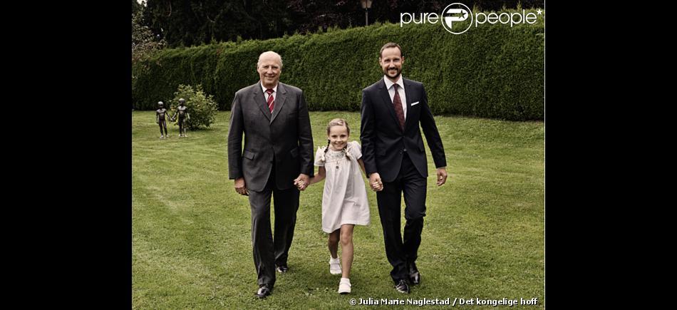 Portrait de la princesse Ingrid Alexandra de Norvège pour ses 9 ans (qu'elle a fêtés le 21 janvier 2013), entourée de son grand-père le roi Harald V et de son père le prince Haakon.