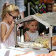 Ben Affleck et ses filles Violet et Seraphina qui découvrent des produits bio au Farmers market, à Los Angeles, le 20 janvier 2013