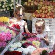 Ben Affleck et ses filles Violet et Seraphina, au Farmers market, à Los Angeles, le 20 janvier 2013. Les filles ont choisi un bouquet pour leur maman