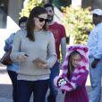 Jennifer Garner va faire du shopping chez Fred Segal avec sa fille Violet à Santa Monica, le 21 janvier 2013. Violet porte un chapeau en forme de chat, violet et rose.