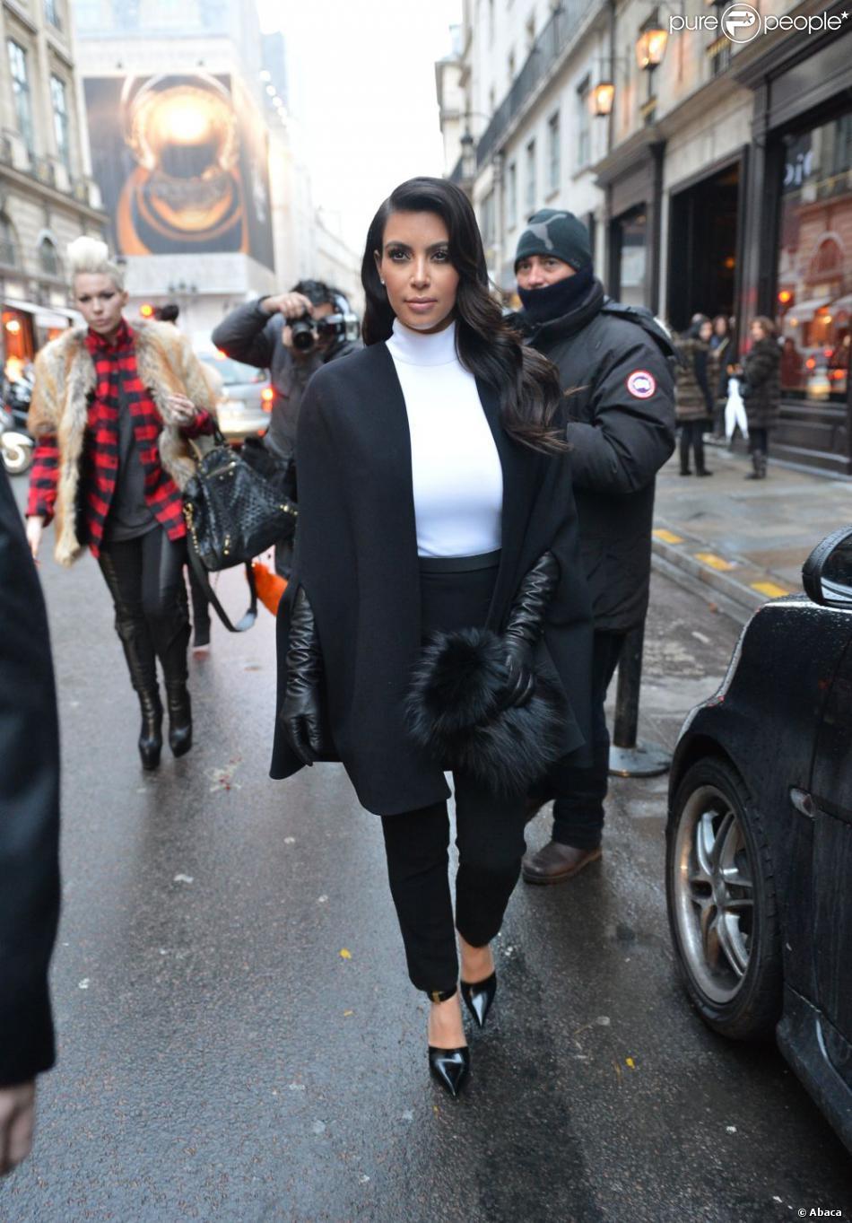 Kim Kardashian surprise à la sortie de l'hôtel Costes, entièrement habillée en Stéphane Rolland et chaussée de sandales Céline. Paris, le 22 janvier 2013.